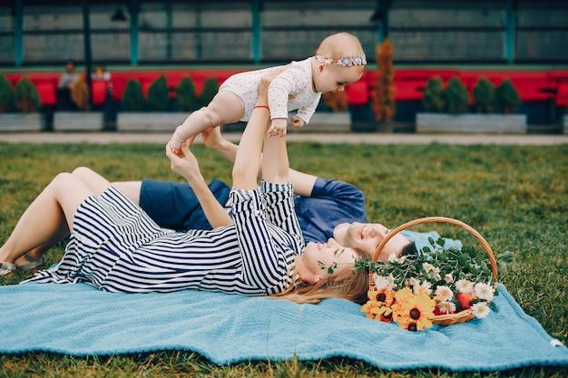 Jolie famille jouant dans un parc d'été Photo gratuit