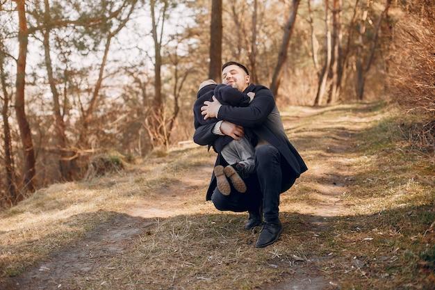 Jolie famille jouant dans un parc Photo gratuit