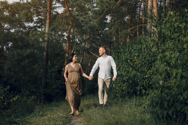 Jolie famille passe du temps dans un champ d'été Photo gratuit