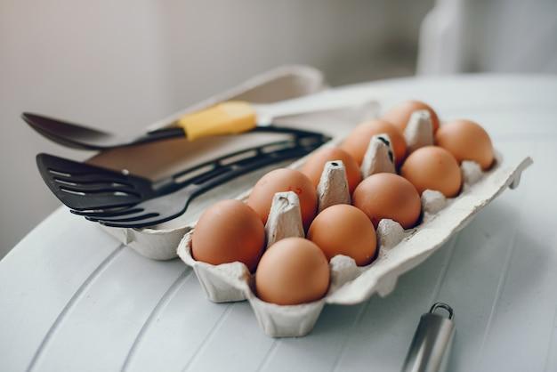 Jolie famille prépare le petit déjeuner dans une cuisine Photo gratuit