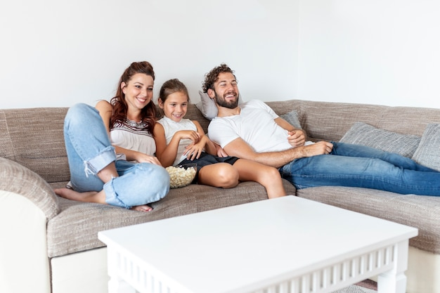 Jolie famille en regardant un film ensemble Photo gratuit
