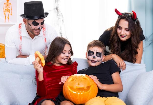 Jolie famille réunie pour l'halloween Photo gratuit