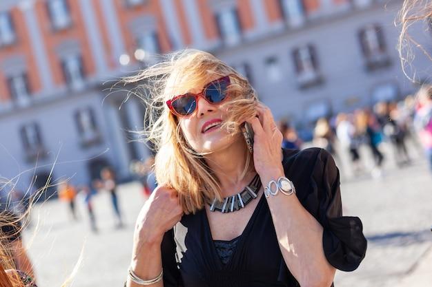 Jolie Femme Adulte Parle Au Téléphone Photo Premium