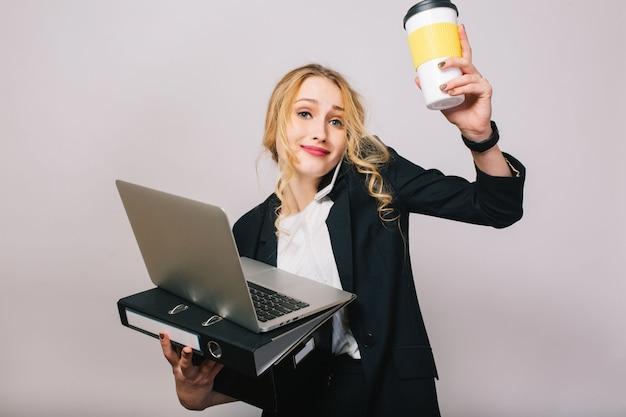 Jolie Femme D'affaires Blonde Avec Ordinateur Portable, Dossier, Boîte, Café En Mains Parlant Au Téléphone Isolé. Porter Un Costume De Bureau, être Occupé, Travailler, Réussir Photo gratuit