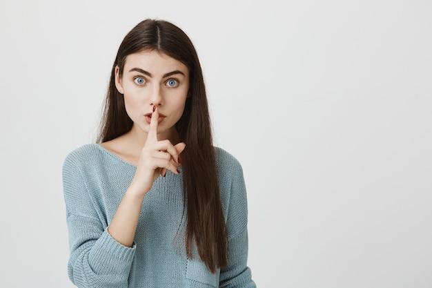 Jolie Femme Appuyez Sur Le Doigt Sur Les Lèvres Demandant De Se Taire, Chut Photo gratuit