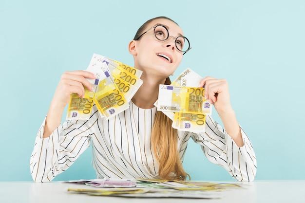 Jolie femme avec de l'argent Photo Premium