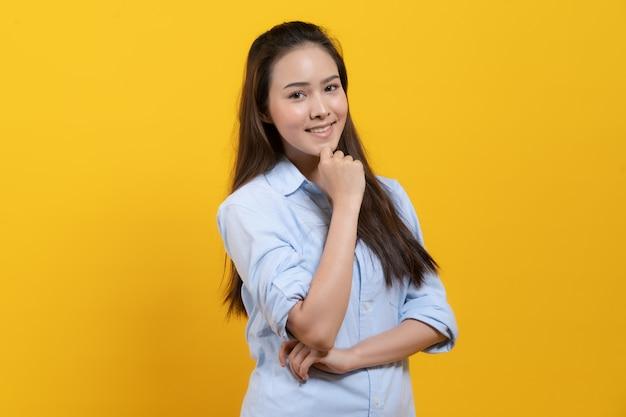 Jolie femme asiatique en pensée de robe décontractée et imagination Photo Premium