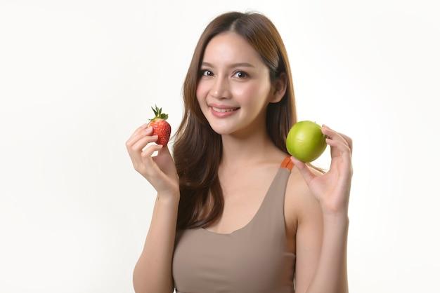 Jolie Femme Asiatique Avec Pomme Et Fraise Photo Premium