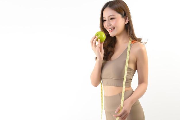 Jolie Femme Asiatique Avec Pomme Et Ruban à Mesurer Photo Premium