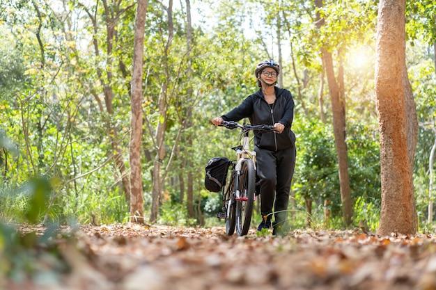 Jolie Femme Asiatique Senior Avec Vélo Dans Le Parc Photo Premium