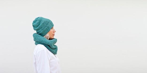 Jolie femme au chaud bonnet tricoté turquoise Photo Premium