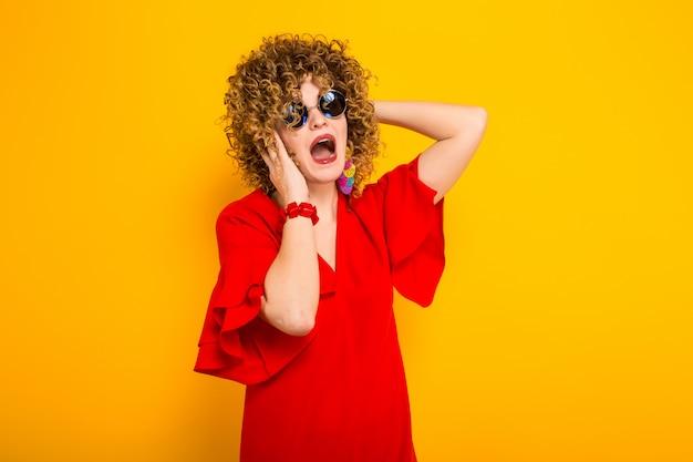 Jolie femme aux cheveux courts et bouclés Photo Premium