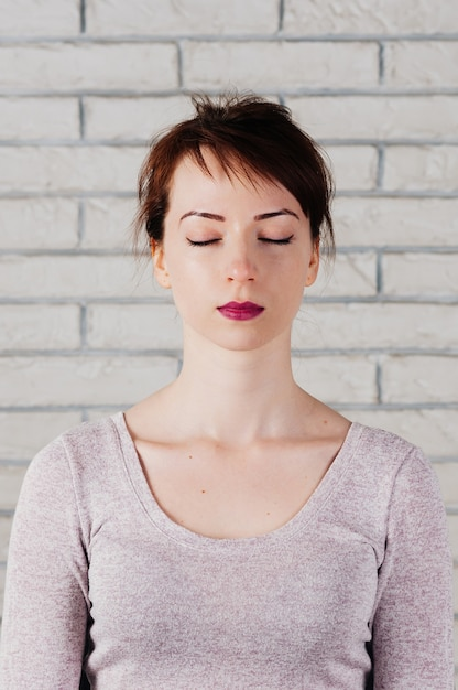 Jolie Femme Aux Yeux Fermés Comme En Méditation, Regard Paisible Photo Premium