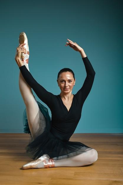Jolie Femme Ballerine En Tutu Et Pointe En Maillot De Bain Noir Qui Pose En Studio Sur Fond Bleu Photo Premium