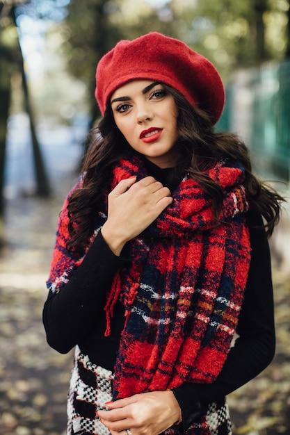 Jolie Femme En Béret Rouge Photo Premium