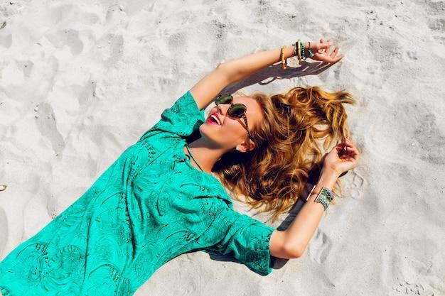 Jolie Femme Blonde Allongée Sur La Plage Ensoleillée Tropicale Photo gratuit