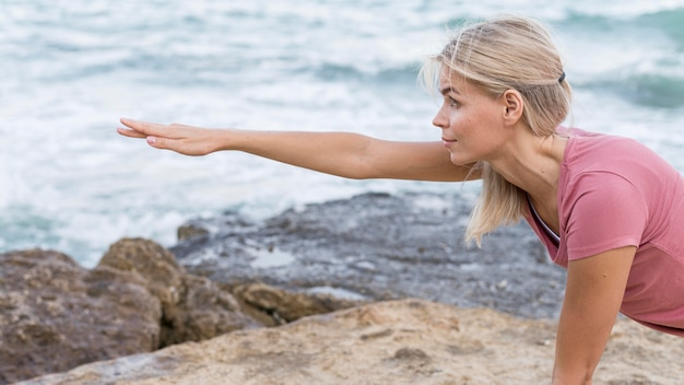 Jolie Femme Blonde Faisant Du Yoga à L'extérieur Photo gratuit