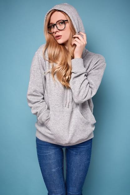 Jolie Femme Blonde Positive à Capuche Grise Et Lunettes Photo Premium