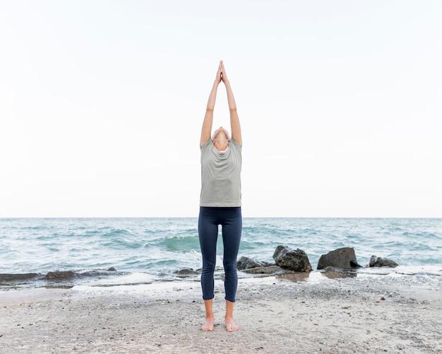 Jolie Femme Blonde Pratiquant Le Yoga En Plein Air Photo gratuit