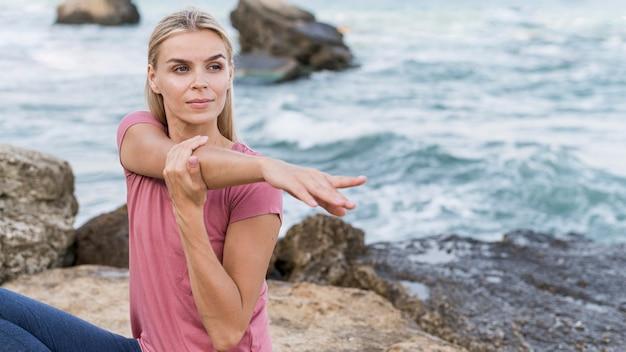 Jolie Femme Blonde Qui S'étend à La Plage Photo gratuit