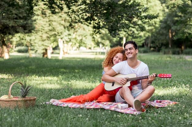 Jolie femme cheveux roux étreignant son petit ami Photo gratuit