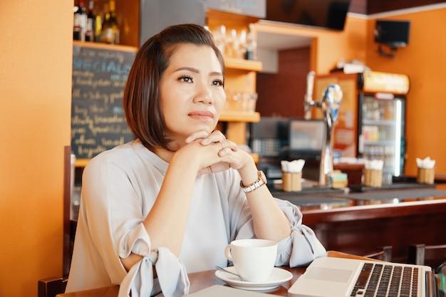 Jolie femme dans coffeeshop Photo gratuit