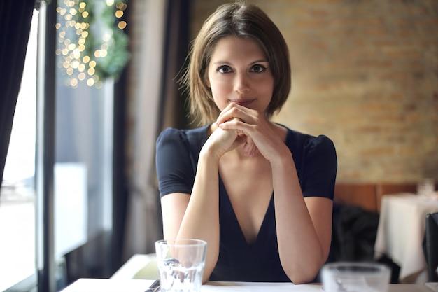 Jolie femme dans un restaurant Photo Premium
