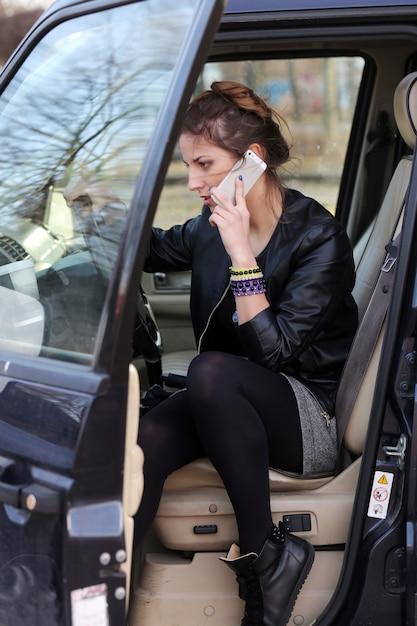 Jolie femme dans la voiture Photo gratuit