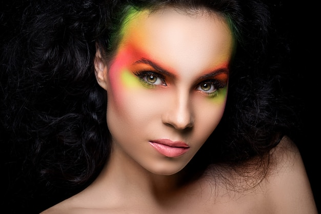 Jolie Femme Avec Du Maquillage Coloré Photo gratuit