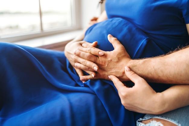 Jolie femme enceinte câlin avec son mari Photo Premium