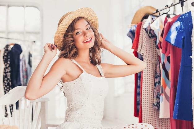 Jolie Femme Essayant Un Chapeau. Bon Shopping D'été. Photo gratuit