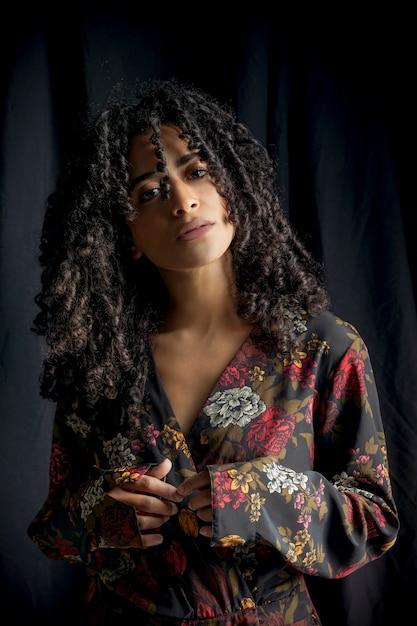 Jolie femme ethnique en robe noire Photo gratuit