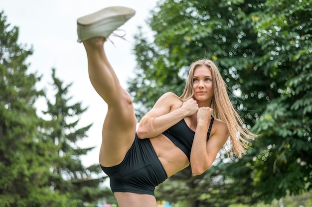 Jolie femme exerçant en plein air Photo gratuit