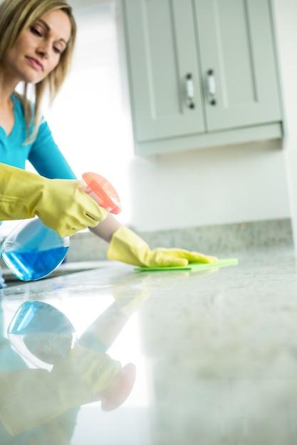 Jolie femme faisant ses tâches ménagères Photo Premium