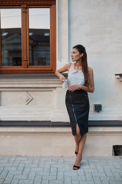 Jolie Femme Fashion Marchant Dans Les Rues De La Vieille Ville Photo gratuit