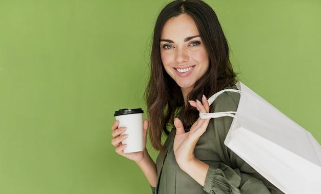 Jolie femme sur fond vert, souriant à la caméra Photo gratuit