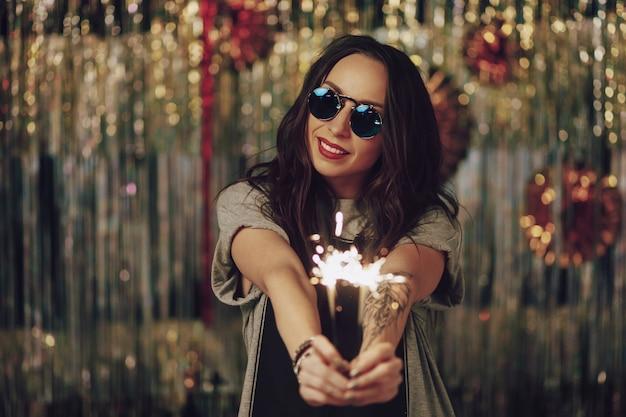 Jolie Femme Hipster Tenant Des Cierges Magiques Dans Les Mains Photo gratuit