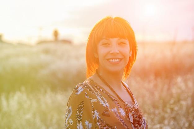 Jolie femme avec une journée ensoleillée, profitant de la nature Photo Premium