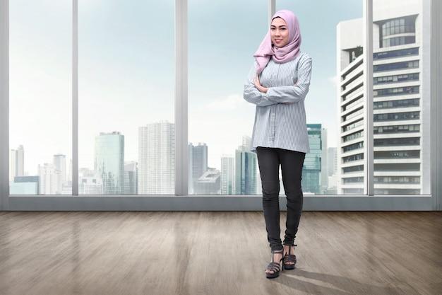 Jolie femme musulmane asiatique en voile avec les bras croisés Photo Premium