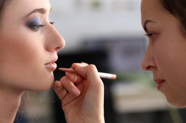 Jolie Femme Pendant Le Maquillage Photo gratuit