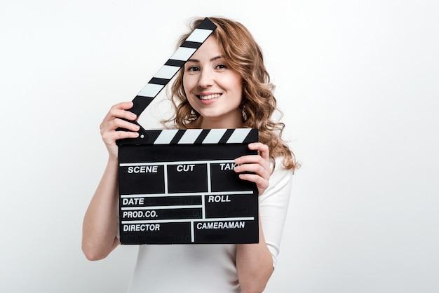 Jolie Femme Avec Une Planche De Cinéma Photo Premium
