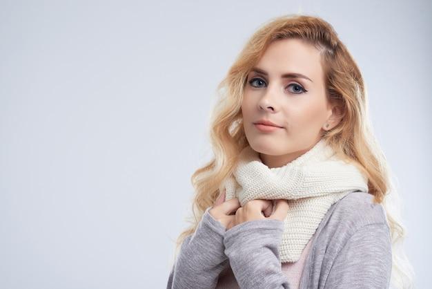 Jolie femme portant un foulard Photo gratuit