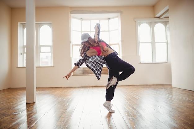 Jolie Femme Pratiquant La Danse Hip Hop Photo gratuit