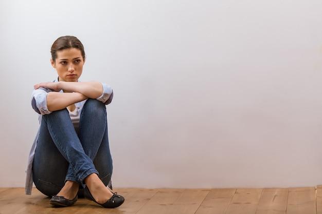 Jolie femme de rêve en vêtements décontractés à la recherche de suite. fond Photo Premium