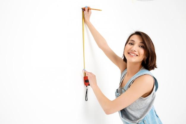 Jolie Femme Avec Ruban à Mesurer Rénover La Maison Photo gratuit