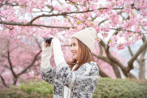 Jolie femme s'amuse avec cherry blossom à matsuda, japon Photo Premium