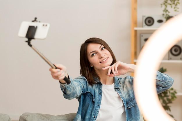 Jolie Femme S'enregistrant à La Maison Photo gratuit