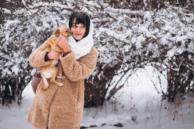 Jolie Femme Avec Son Petit Chien Mignon Photo gratuit