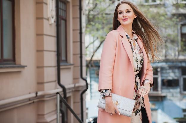 Jolie Femme Souriante élégante Marche Rue De La Ville En Manteau Rose Tendance De La Mode Printemps Tenant Sac à Main Photo gratuit