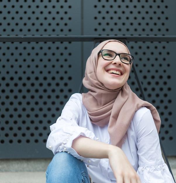 Jolie femme souriante avec des lunettes Photo gratuit